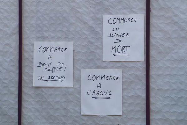 Des slogans placardés sur les vitrines des boutiques de Toucy.