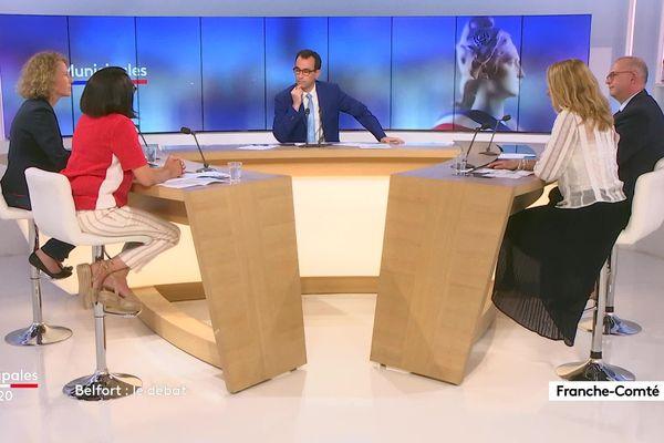 Jérémy Chevreuil entouré des quatre candidats à l'élection municipale à Belfort.