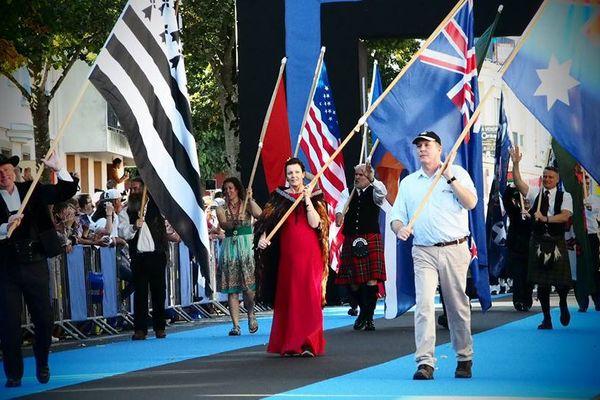 Les traditionnels drapeau qui mènent la Grande parade des nations celtes