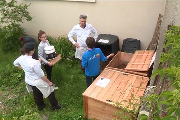 Les composteurs ont été installés dans le jardin d'un tiers lieu à Aixe-sur-Vienne.