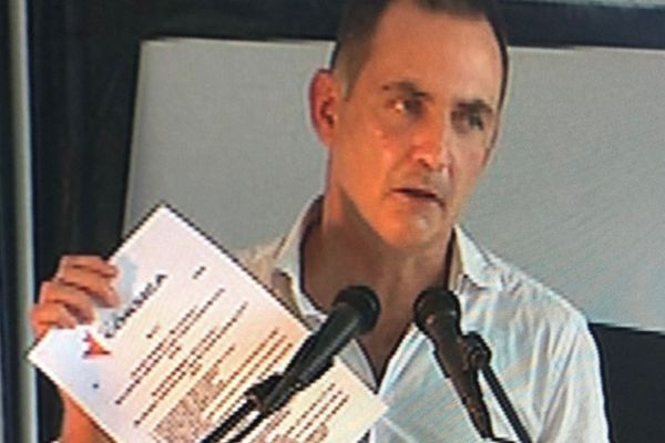 Gilles Simeoni, à la tribune avec l'accord Pè a Corsica en main