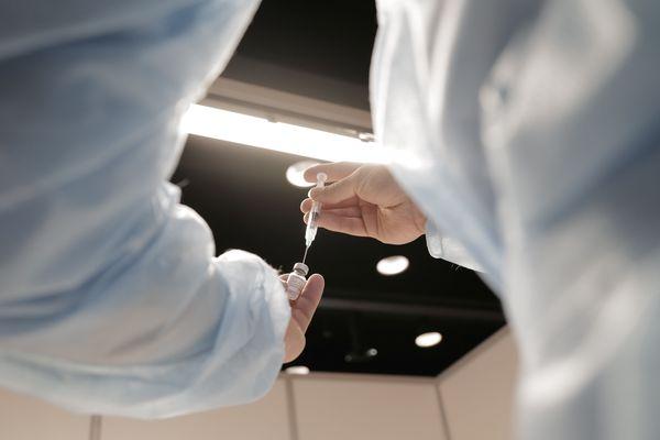 Un soignant prépare une dose de Pfizer-BioNTech, au centre de vaccination Jean Prouvé de Nancy.