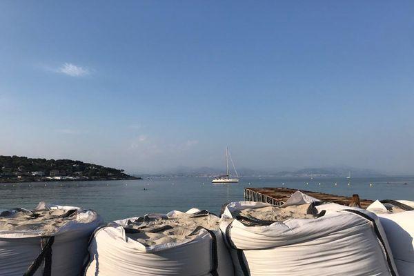 Avril 2021 : des sacs de sable ont été déposés devant l'établissement plage Keller sur la plage de la Garoupe à Antibes pour protéger des coups de mer.