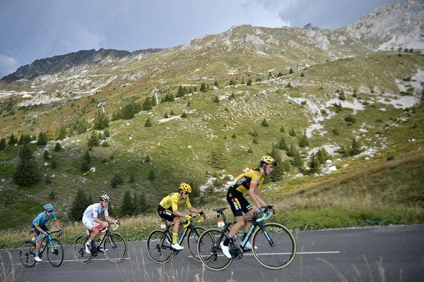 Miguel Angel Lopez (Astana), Tadej Pogacar (UAE Emirates) portant le maillot blanc du meilleur jeune, Primoz Roglic portant le maillot jaune du leader général du Tour et Sepp Kuss (Jumbo) dans la montée du col de la Loze lors de la 17ème étape du Tour de France 2020, le 16 septembre.