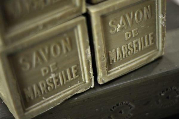Des pains de savon de Marseille entreposés à la Savonnerie du Fer à Cheval de la Compagnie des détergents et du savon de Marseille (CDSM).