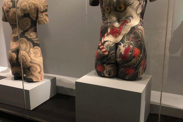 Ces motifs sont inspirés du Japon médiéval, mais sont l'œuvre d'un artiste suisse contemporain : Filip Leu.