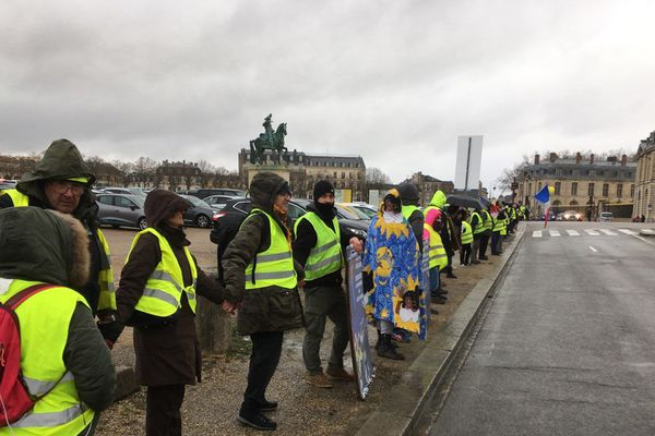 La chaîne humaine des gilets jaunes a débuté vers 11h30, à Versailles sur la place d'Armes.