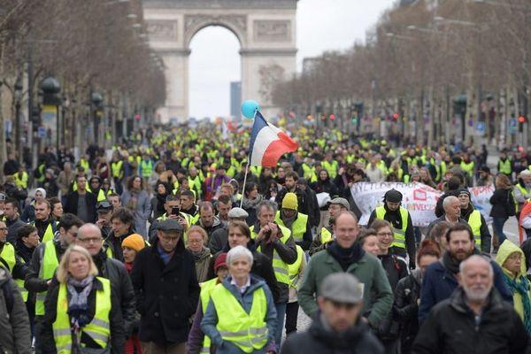 Des manifestants gilets jaunes sur les Champs-Elysées, le 2 mars 2019.
