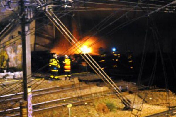 Un stock de traverses usagées a pris feu dans la nuit du 10 juillet sous le pont Grammont à Tours, les lignes vers Le Mans et Saumur sont fermées jusqu'à jeudi 16 juillet