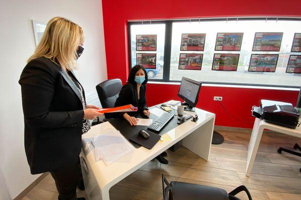 Nathalie Casciola et l'une de ses commerciales assurent une permanence quotidienne malgré l'arrêt des transactions