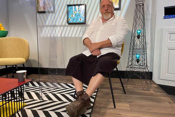 """Thierry Chalencon, restaurateur à Saou dans la Drôme, assume autant son look que son authenticité. """"Je suis un gamin dans le corps d'un homme qui commence à être âgé"""" s'amuse-t-il."""