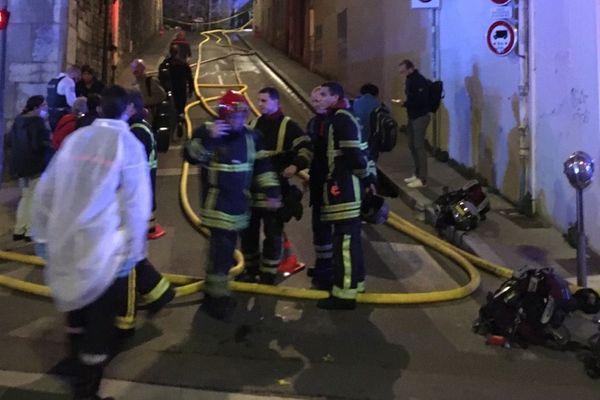 A plus de 23h00 les pompiers du Rhône tentent toujours de maîtriser les flammes.
