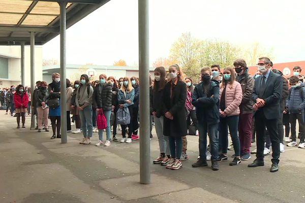 Au collège du clos Pouilly à Dijon (Côte-d'Or), les élèves se sont rassemblés dans la cour pour rendre hommage à Samuel Paty.