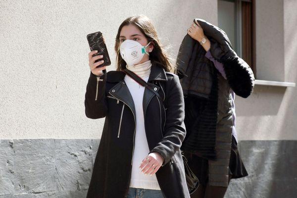 Une femme se filme pour témoigner en Italie