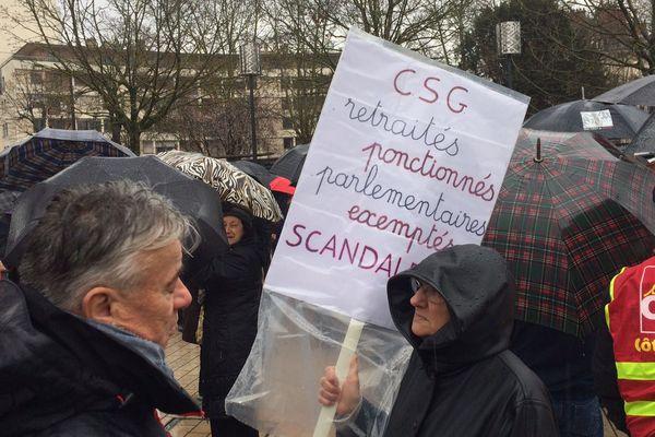 Des slogans interpellent les pouvoirs publics, ce jeudi 15 mars lors de la manifestation des retraités