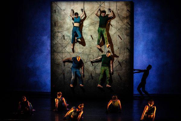 Mourad Merzouki a bouleversé le rapport entre les danseurs et le sol dans Vertikal. Ici en représentation à Lyon en 2015