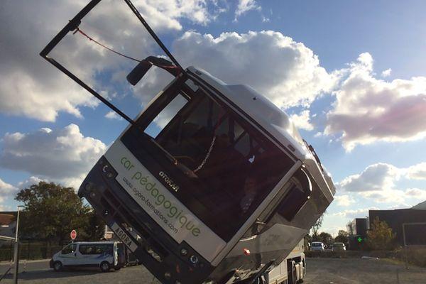 Un bus à bascule pour simuler des accidents