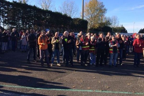 Une centaine d'agents EDF manifestent ce mercredi 14 novembre devant la centrale thermique du Havre