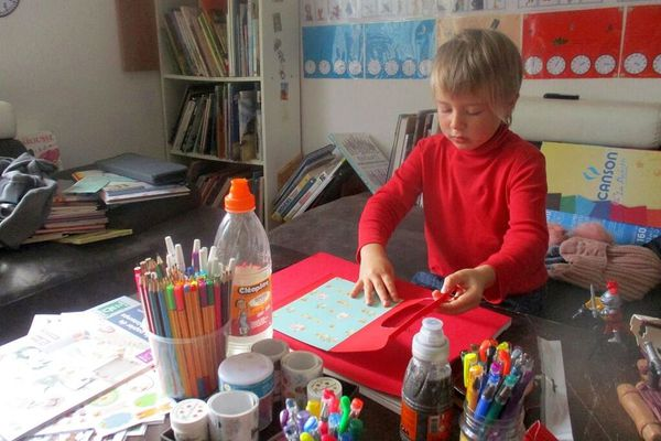 Aubin, 5 ans, en plein devoir sur table, qu'il s'est choisi lui-même