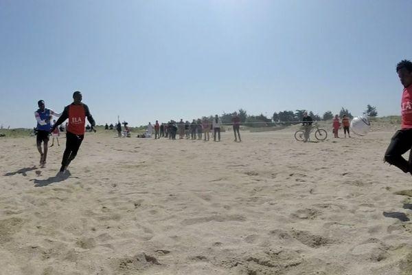 Sur la plage de Ouistreham, des migrants jouent au foot avec des habitants