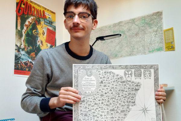 L'illustrateur Pablo Raison et sa dernière création, une carte de l'est de la France : très détaillée et faite à la main.