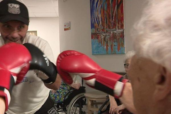 Depuis 4 ans, l'Ehpad de Cargèse a a troqué les traditionnels cours de gym douce par des cours de boxe pour ses résidents