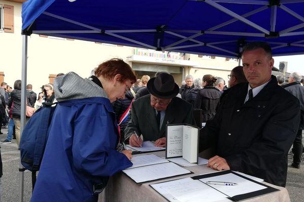 Des registres ont été mis à disposition pour tous ceux qui souhaitent écrire quelques mots en hommage au jeune militaire.