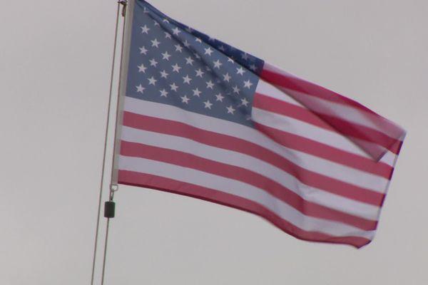 Le drapeau américain flotte sur la base aérienne de Rochefort