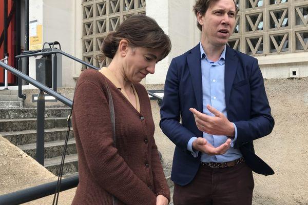 Les parents d'Elisabeth Kob, ce 22 juin, devant le tribunal correctionnel de Saint-Nazaire.