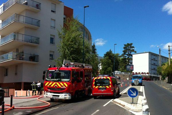 Un incendie s'est déclaré mardi 28 juillet en début d'après midi dans une résidence du centre-ville de Clermont-Fd. Les habutants et les pompiers sont arrivés à maîtriser la propagation du feu.