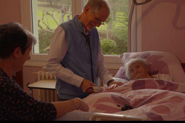 Le docteur Laine, auprès d'une de ses patientes.