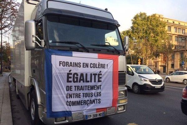 Les forains rassemblés à Paris sont inquiets pour leur avenir économique en raison du coronavirus