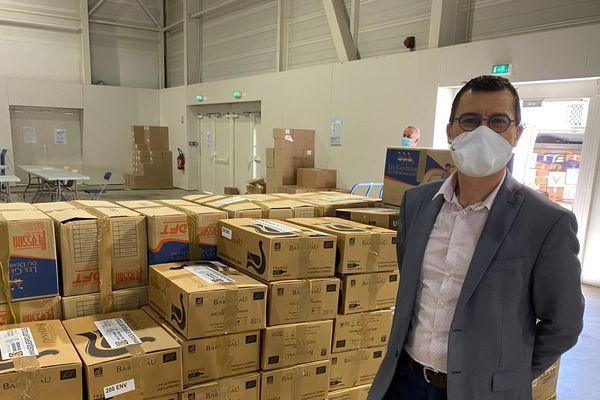 Le maire de Roquefort-La-Bédoule vient récupérer des lots de masques pour ses administrés.
