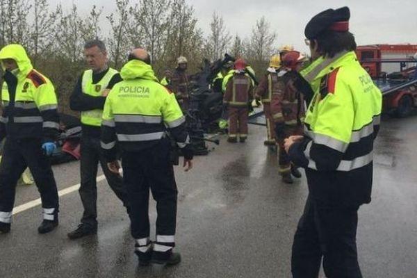 Policiers et pompiers catalans sur les lieux de l'accident mortel de ce samedi 2 avril sur la nationale 2 près de Figuères en Espagne.