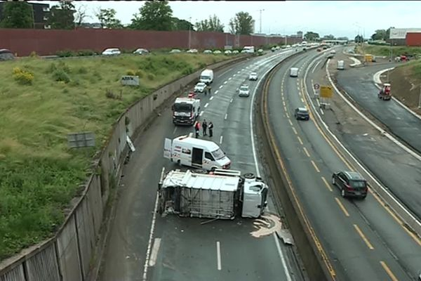 Le camion poubelle de Toulouse Métropole s'est renversé sur les deux voies du périphérique intérieur