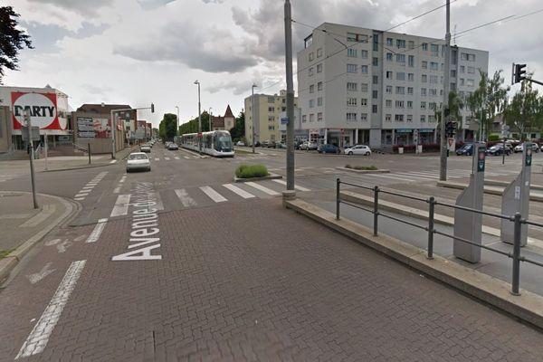 L'accident s'est produit avenue de Colmar, à Strasbourg, au carrefour entre le Darty et la station de tramway Hohwart.
