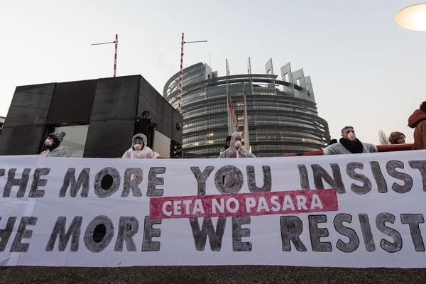 Une manifestation anti-CETA a aussi lieu devant le Parlement à Strasbourg ce mercredi 15 février