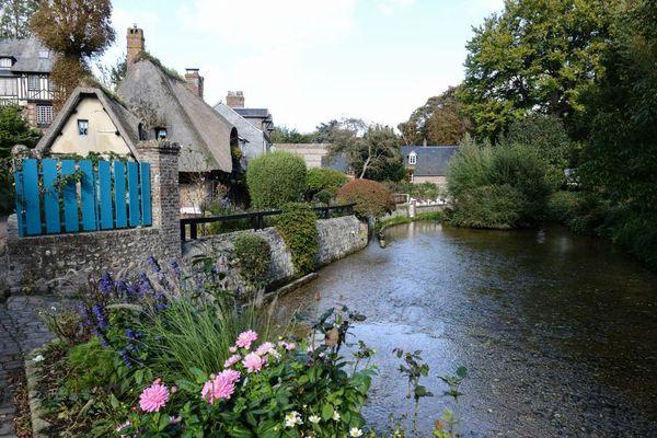 Veules-les-Roses est traversé par la Veules, plus petit fleuve de France