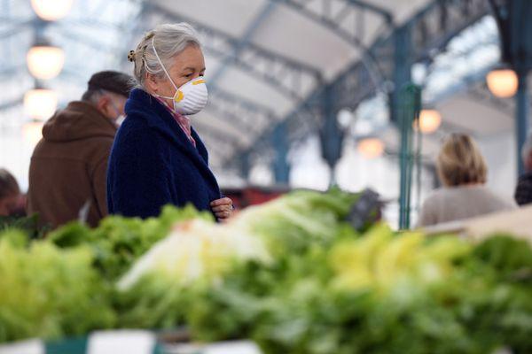 Une femme porte un masque au marché couvert de Chartres.