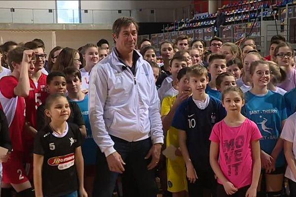 Le sélectionneur de l'équipe de France Laurent Tillie a rencontré de jeunes volleyeurs quelques heures avant le match au complexe René Tys à Reims.