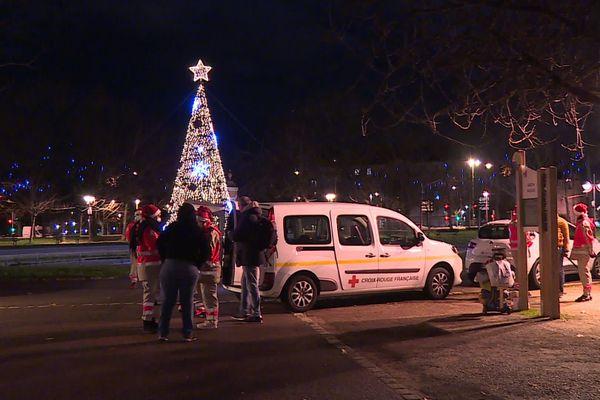 """Dans la nuit du 24 au 25 décembre, les bénévoles de la Croix-Rouge de Dijon sillonnent la ville pour distribuer des """"boîtes de Noël"""" aux personnes vulnérables"""