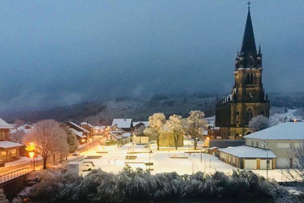 La commune de Doubs sous la neige, ce dimanche en fin d'après-midi.
