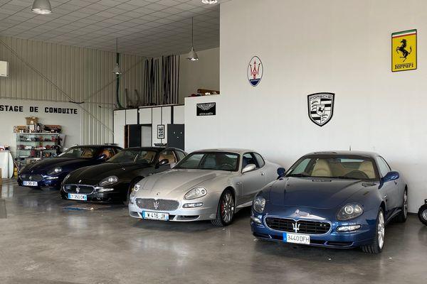 Dans le showroom de l'entreprise Cars and prestige plusieurs Maseratis attendent leur futur propriétaire.