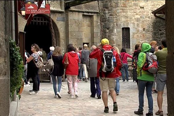 Du monde dans les rues du Mont-Saint-Michel ce 28 juin