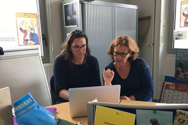 """Sophie Hougard, présentatrice et Sandrine Gadet, journaliste, au travail pour la préparation de """"Tout info, tout en signes"""""""