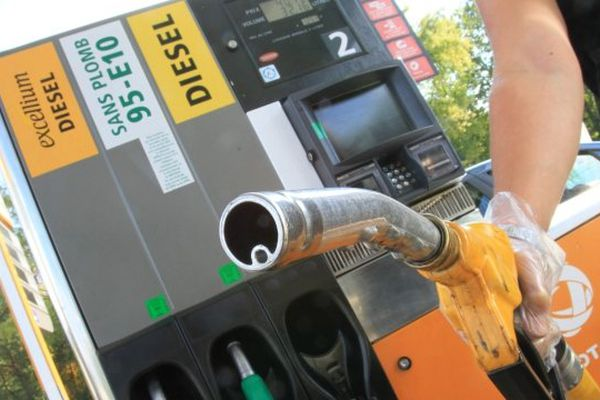 ILLUSTRATION- Le prix des carburants pèse lourd sur le portefeuille des ménages