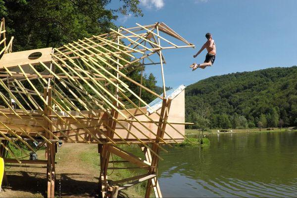 Le toboggan artisanal construit par Radcow sur les rives d'un lac du Cantal.