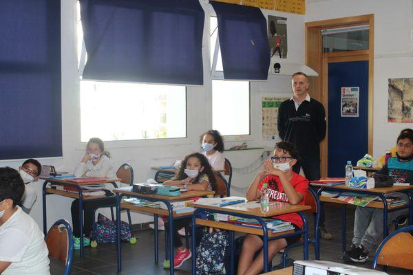 Stéphane Bouron et ses élèves de CM2 à l'école André Malraux de Rabat suivront de près le Vendée Globe 2020.