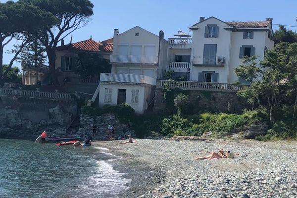 Après le confinement, premiers baigneurs sur la plage de Grisgione, au Nord de Bastia.