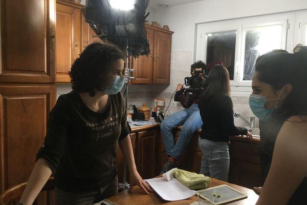 5 élèves de Tarare (Rhône) tournent un film dans un pavillon de L'Arbresle (Rhône) le 13 avril 2021